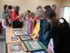 Przedstawiamy małą dokumentację zdjęciową warsztatów haftu krzyżykowego, które odbyły się w kwietniu w MOKSicie w Tuszynie. W zajęciach udział wzięły głównie dzieci. Cieszymy się, że również chłopcy chcieli popróbować swoich sił w tej dziedzinie.