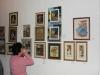 Tutaj widać między innymi prace: Krysi Bujnowicz, Joli Liotki, Marioli Pileckiej, Iwony Strzemiecznej (wszyscy z Kanwy). Na pierwszym planie widać Basię Sobieraj (Mulinka) z wielką uwagą i w skupieniu oglądającą prace.