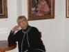 Mariolka siedzi dumna pod portretem swojej