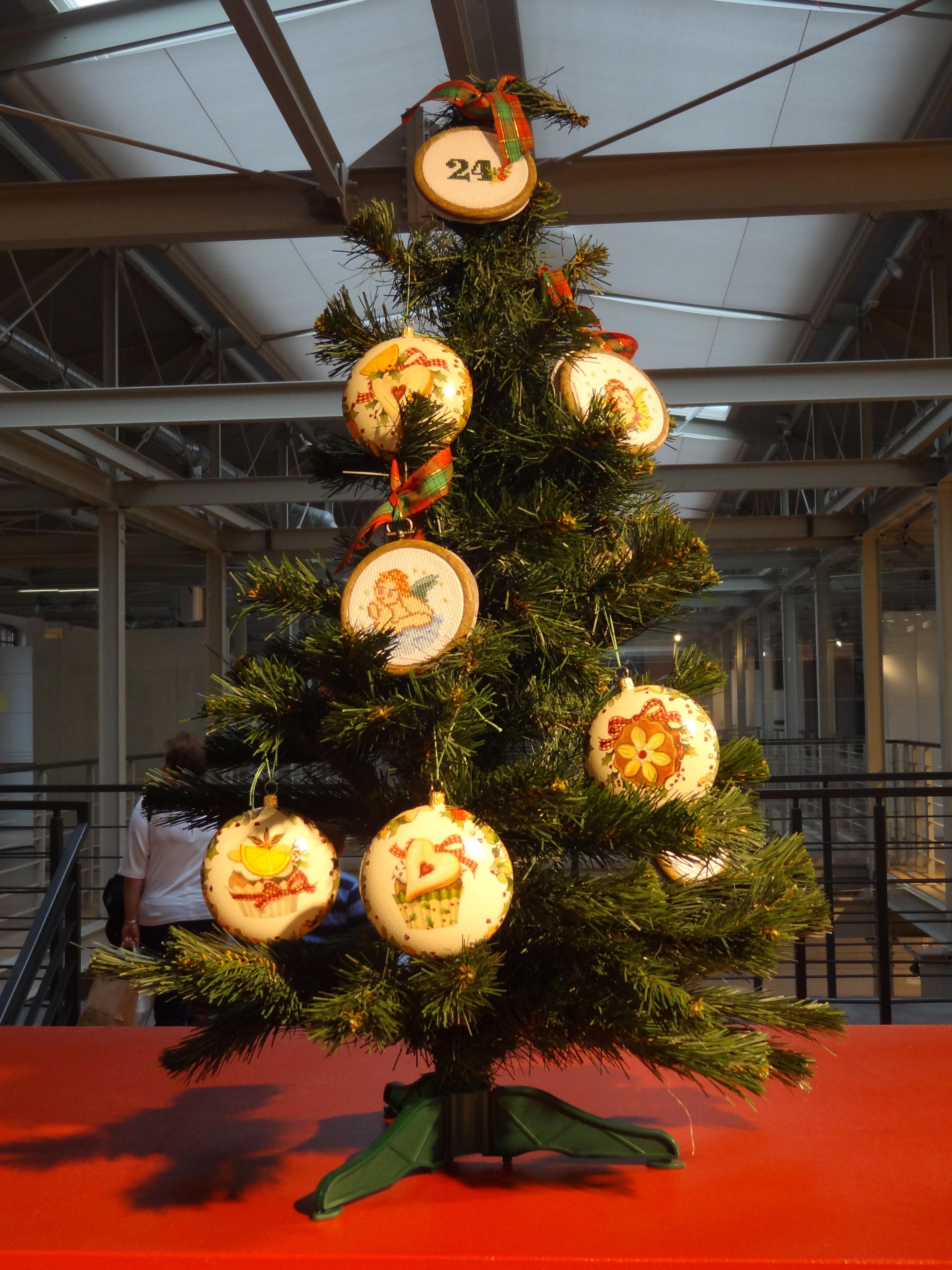"""Cudownych,białych,miłych,radosnych pogodnych,spokojnych,zdrowych Świąt Bożego Narodzenia upływających we wspaniałej atmosferze a oprócz tego pasma pomyślności i spełnienia najskrytszych marzeń w nadchodzącym roku 2015 życzą członkowie Stowarzyszenia Miłośników Haftu """"KANWA"""""""